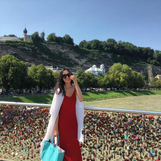 Hoa hậu Thuỳ Dung chụp ảnh bên cây cầu khoá ở Áo. Cô viết: Yêu là gì mà sao cây cầu khổ quá.