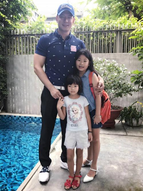 Trước khi đi làm buổi sáng, Bình Minh dành thời gian chơi với hai nàng công chúa nhỏ ít nhất 10 phút.