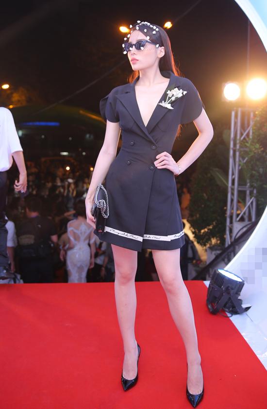 Hoa hậu Kỳ Duyên nổi bật trên thảm đỏ nhờ style cá tính với vest khoét sâu ngực cùng phụ kiện kính mắt, mạng lưới che mặt.