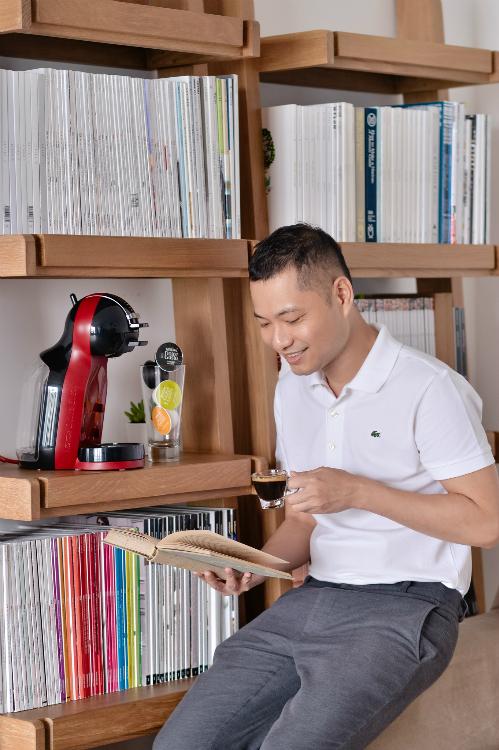 Đây là dự án đầu tiên đánh dấu sự hợp tác của Dzũng Yoko cùng NESCAFÉ DOLCE GUSTO. Với anh, chiếc máy Mini me Cherry red không chỉ là một chiếc máy pha cà phê, mà đó còn là một nguồn cảm hứng sáng tạo mỗi ngày. Một ngày của Dzũng Yoko có lúc là một ly Espresso đậm vị, hay một ly cappuccino thơm ngon được pha từ những viên capsule đầy sắc màu của NESCAFÉ DOLCE GUSTO.
