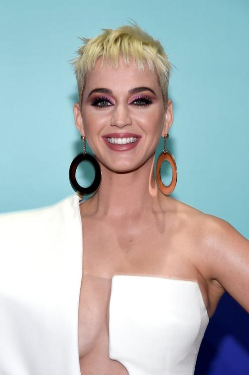 Giữa dàn mỹ nhân chuộng phong cách trang điểm tone nude, Katy Perry nổi bật với kiểu trang điểm màu mè, đúng chất tắc kè hoa.