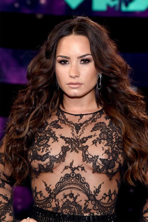 Demi Lovato lộng lẫy như nữ thần với mái tóc xoăn bồng bềnh rẽ ngôi giữa, kiểu trang điểm mắt khói đậm và làn môi nude.