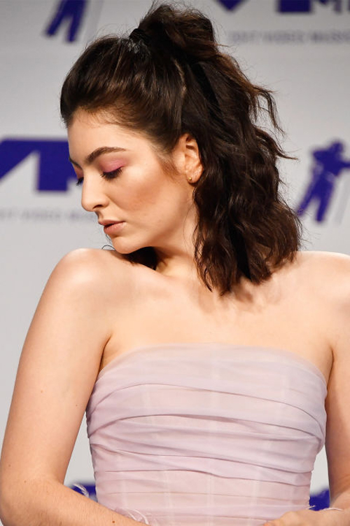 Before her performance, Lorde lit up the red carpet with her millenial pink eyeshadow, neutral lip, and dramatic arches. The Green Light singer wore her lob in a breezy, wavy half-up.