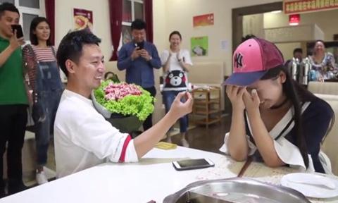 Chàng trai cầu hôn bạn gái bằng bó hoa làm từ thịt bò