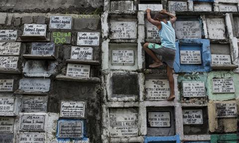 Dân nghèo Philippines lúc sống ở khu ổ chuột, chết vào 'nghĩa trang chung cư'