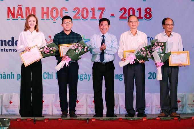 minh-hang-tang-100-suat-tro-cap-cho-hoc-sinh-ngheo