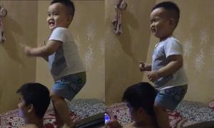 Bé 3 tuổi nhún nhảy trên máy tập thể dục