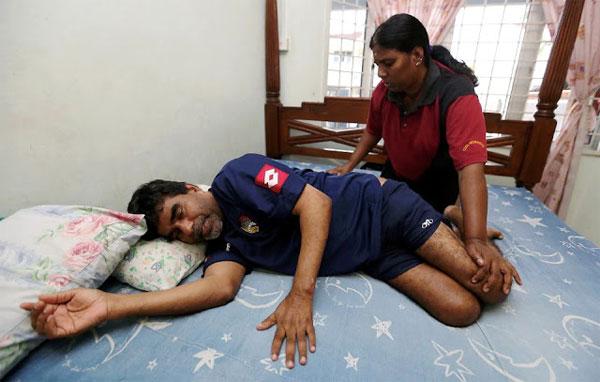 Bố N. Thanabalan bị liệt từ năm 2013, kể từ đó chàng trai trẻ trở thành trụ cột gia đình.