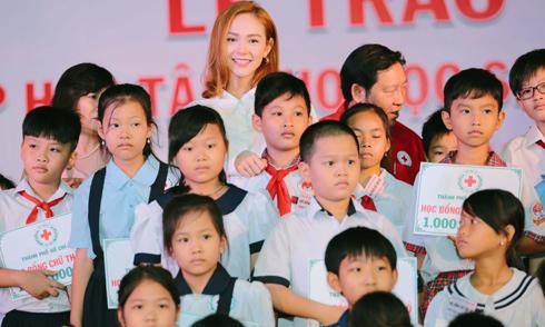 Minh Hằng tặng 100 suất trợ cấp cho học sinh nghèo