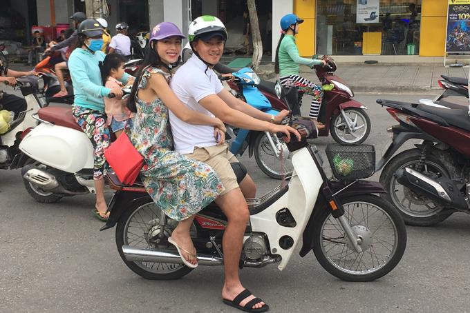 cong-vinh-thuy-tien-cho-nhau-bang-xe-may-di-tim-nguoi-ngheo-tang-gao