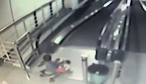 Trượt xe ba bánh xuống thang cuốn, bé trai bị ngã gãy mũi