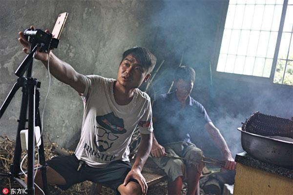 chang-trai-kiem-bon-tien-nho-livestream-canh-lam-nong-moi-ngay-2