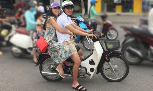 Công Vinh - Thủy Tiên chở nhau bằng xe máy đi tìm người nghèo tặng gạo