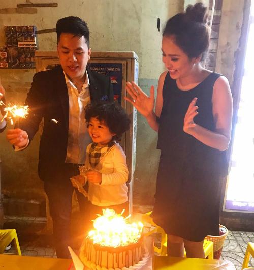 Hoa hậu Diễm Hương hạnh phúc trong ngày sinh nhật bên chồng con.
