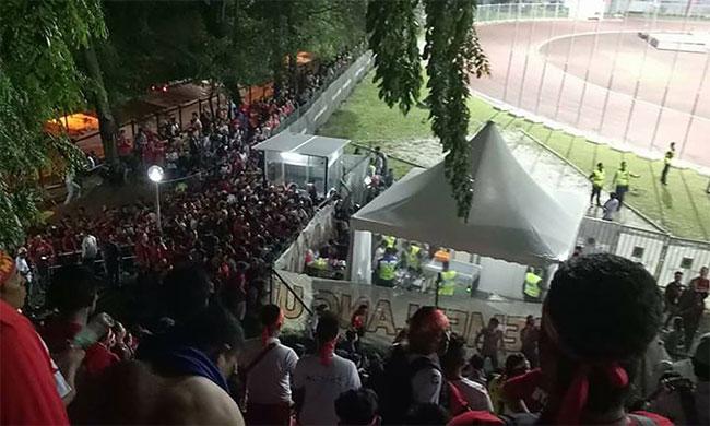 Hàng trăm CĐV Myanmar phải xem bóng đá