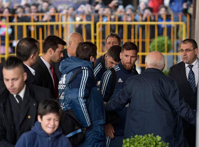 Siêu sao Argentina được các nhân viên an ninh tháp tùng