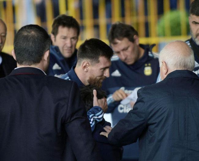 Messi khiến fan nhí