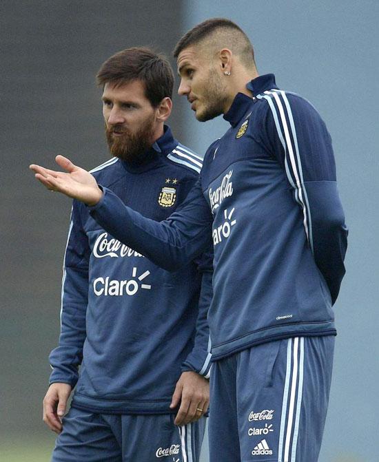 Messi và Mauro Icardi trên sân tập trước trận đấu quan trọng