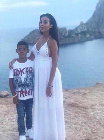 Bà bầu 22 tuổi bên cậu con trai riêng của C. Ronaldo./