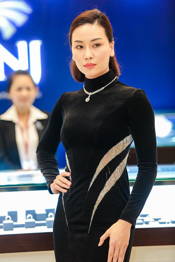 quan-quan-the-face-2017-tu-hao-lam-vedette-gioi-thieu-trang-suc-1-ty-dong-5