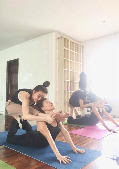 Hồ Ngọc Hà cùng mẹ tập động tác yoga có độ khó cao.