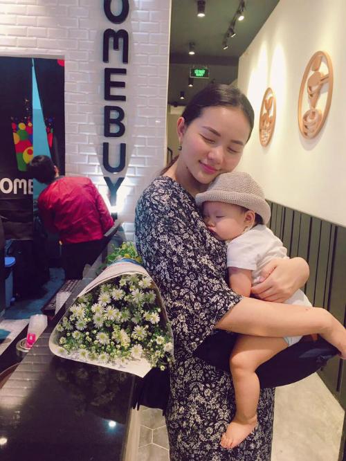Phan Như Thảo ôm con gái vào lòng và đăng tải: Được hôm mẹ off. Ở nhà phục vụ cô hai Tôm Khô.
