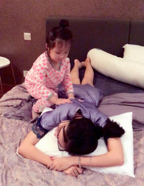 Cadie massage cho mẹ rất thành thạo. Elly Trần viết: Mỗi buổi tối sau khi uống xong ca sữa là mình phải vô phòng chị mẫu thân vấn an , mát-xa , chúc chỉ ngon giấc rồi mới được lui cung dìa phòng ngủ.