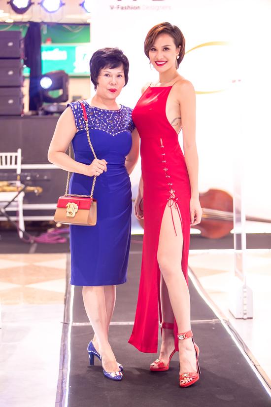phuong-mai-sexy-het-co-voi-vay-ho-lung-xe-cao-den-hong-3