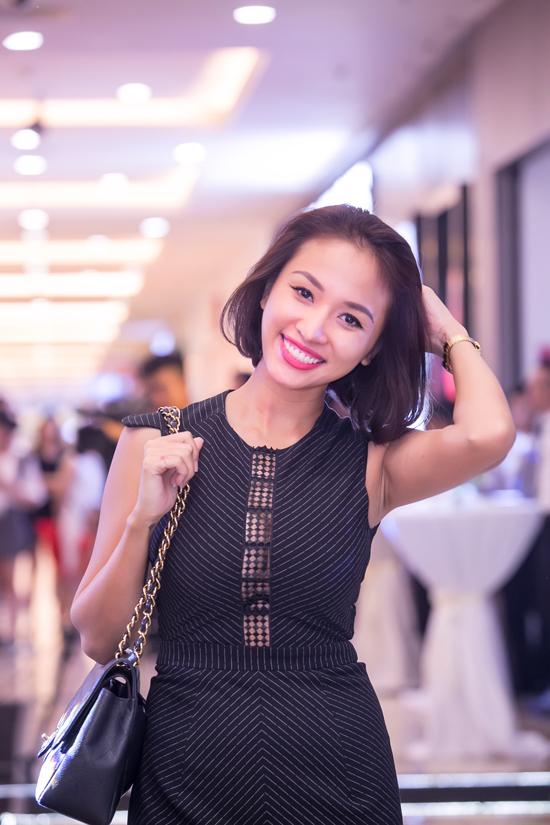 phuong-mai-sexy-het-co-voi-vay-ho-lung-xe-cao-den-hong-10