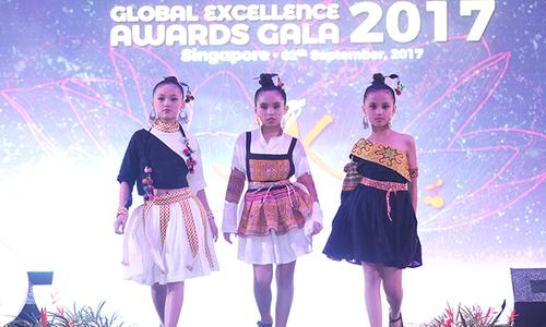 Mẫu nhí Việt sải bước tự tin trên sàn diễn Singapore