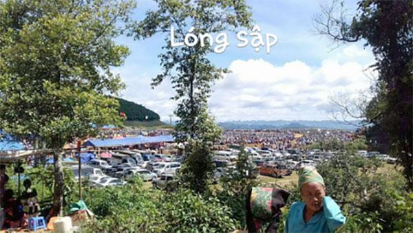 Khu vựa cửa khẩu Lóng Sập thuộc huyện Mộc Châu, tỉnh Sơn La cũng chật kín ô tô tại các bãi gửi xe.
