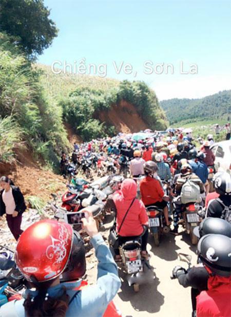 Địa điểm Chiềng Ve, Sơn La du khách cũng đổ về đây đông như mắc cửi mặc trời nắng nóng.