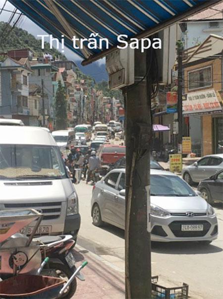 Đường vào thị trấn Sapa cũng tập nập khách du lịch kéo về nghỉ ngơi, thư giãn. Đây vốn là địa điểm luôn thu hút du khách bởi thời tiết mát mẻ, dễ chịu.