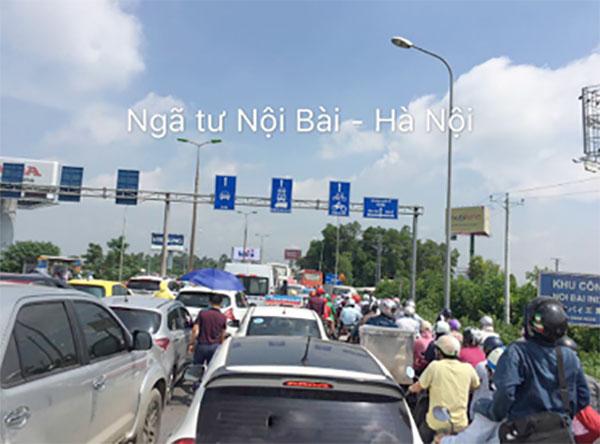 Trước đó vào sáng nay tại các khu vực ngoại thành như Nội Bài, Hà Nội cũng xảy ra tình trạng tắc đường nghiêm trọng.