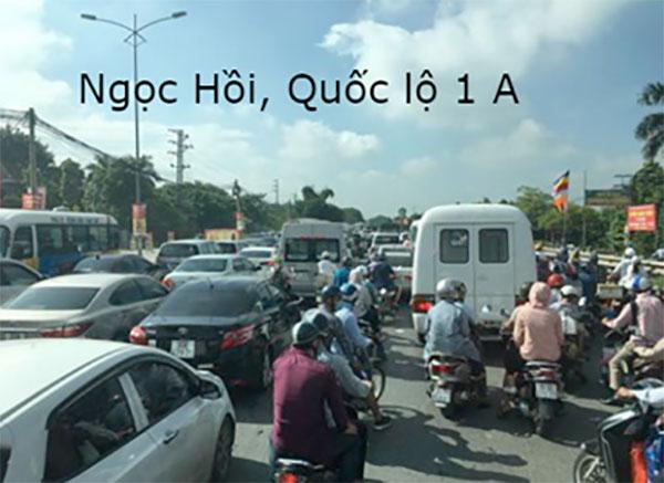 Hay tại Ngọc Hồi, Quốc lộ 1A cũng tập nập các phương tiện di chuyển.