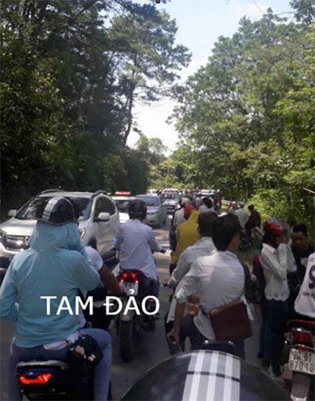 Tam Đảo là địa điểm được nhiều người lựa chọn trong dịp nghỉ lễ 2/9 năm nay, chính vì vậy đã gây ra tình trạng quả tải. Theo chia sẻ của cộng đồng, trong quá trình di chuyển lên núi đã xảy ra tình trạng tắc đường nhiều km tới hàng giờ đồng hồ.