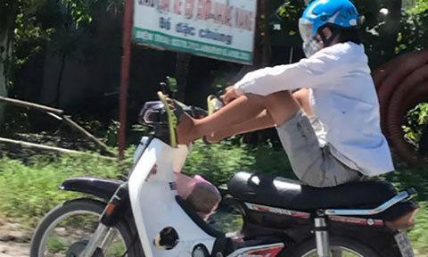 Nam thanh niên lái xe máy bằng hai chân ở Thanh Hóa