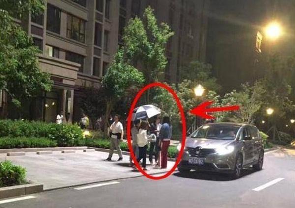 Bảo bối chống nắng của Lưu Đào là ô. Ngay cả khi quay phim buổi tối, cô cũng không rời chiếc ô vì sợ ánh sáng từ các thiết bị điện có thể làm ảnh hưởng đến da.