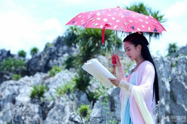Triệu Lệ Dĩnh cũng che chắn rất kỹ trên phim trường. Khi thì quấn khăn kín mít người, khi lại vừa che ô vừa đọc kịch bản.