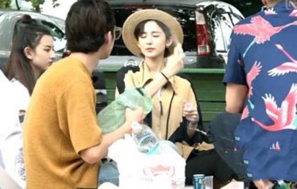 Hành lý đi quay phim của Cổ Lực Na Trát là một va ly kem chống nắng. Cô liên tục xịt kem chống nắng lên da mỗi khi có cơ hội nghỉ ngơi.