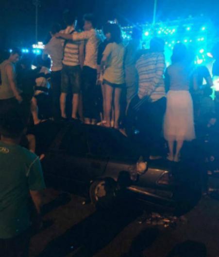 Chiếc xe ô tô bị một nhóm thanh niên treo lê, đè bẹp.