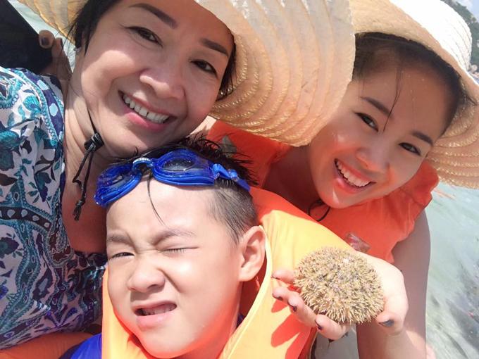 le-phuong-khoe-anh-hanh-phuc-ben-ong-xa-trung-kien-va-con-trai-7