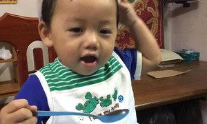 Cậu bé hơn 1 tuổi xúc thìa thành thạo bằng hai tay