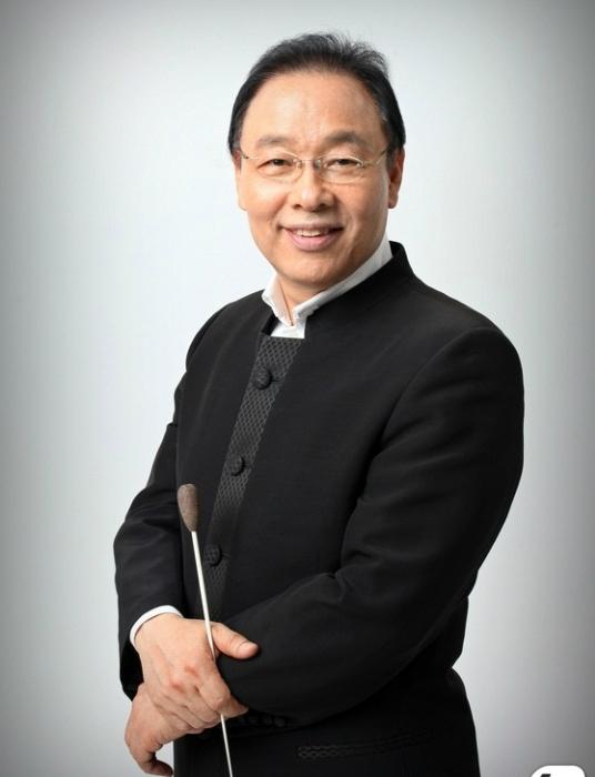 ÔngHa Sung-Ho - chỉ huy trưởng dàn Pop Seoul Orchestra .