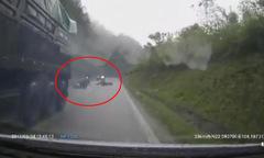 Hàng loạt xe máy ngã liên hoàn vì cố vượt xe tải khi đổ đèo