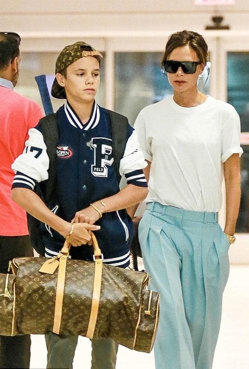 Cậu hai nhà Becks và mẹ cùng ra sân bay JFK hôm 30/8. Romeo