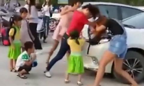 Hai bà mẹ đánh nhau vì tranh chỗ đỗ xe khi đưa con đi nhập học