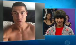 Fan nhí òa khóc khi được C. Ronaldo hỏi thăm