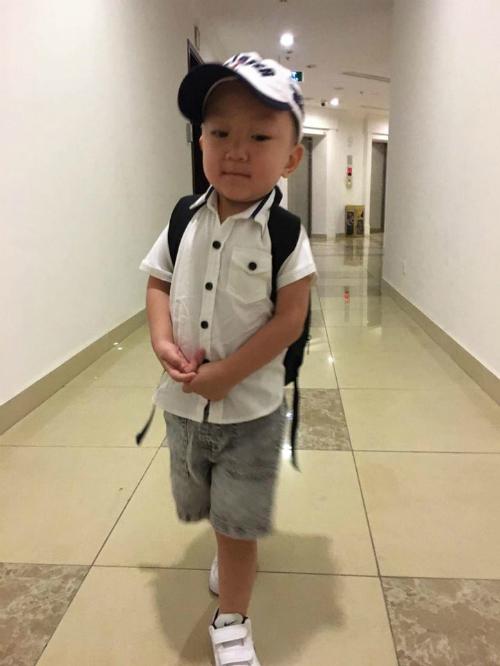 Bé Su Hào nhà Tuấn Hưng chững chạc đi học.