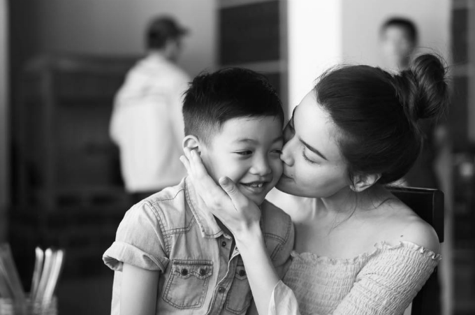 Hồ Ngọc Hà dành nụ hôn ngọt ngào cho con trai cưng.